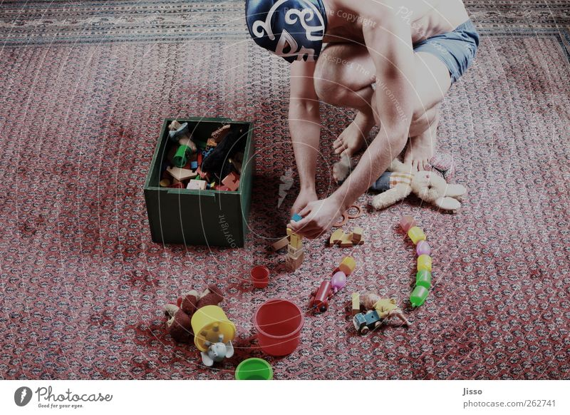 El Donno beim Spielen Mensch Mann Jugendliche blau Hand rot Freude Erwachsene Spielen Glück Beine Körper Zufriedenheit Arme Haut maskulin