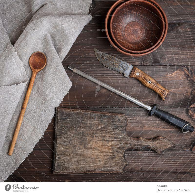altbraunes Holzschneidebrett Teller Schalen & Schüsseln Messer Löffel Tisch Küche Natur retro Hintergrund blanko Holzplatte zerkleinernd Koch Essen zubereiten