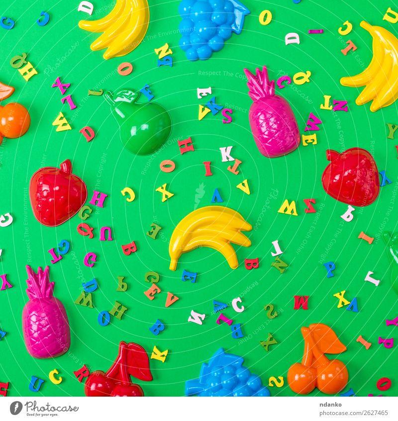 Kinder Plastikspielzeug und hölzerne mehrfarbige Buchstaben Frucht Freude Freizeit & Hobby Spielen Spielzeug Holz Kunststoff klein oben gelb grün rosa rot Farbe