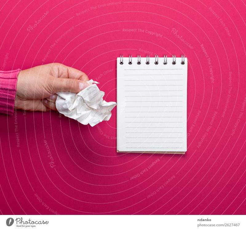 weibliche Hand, die ein weißes, zerknittertes Blatt Papier hält. Schule Büro Business 1 Mensch 18-30 Jahre Jugendliche Erwachsene Buch berühren festhalten