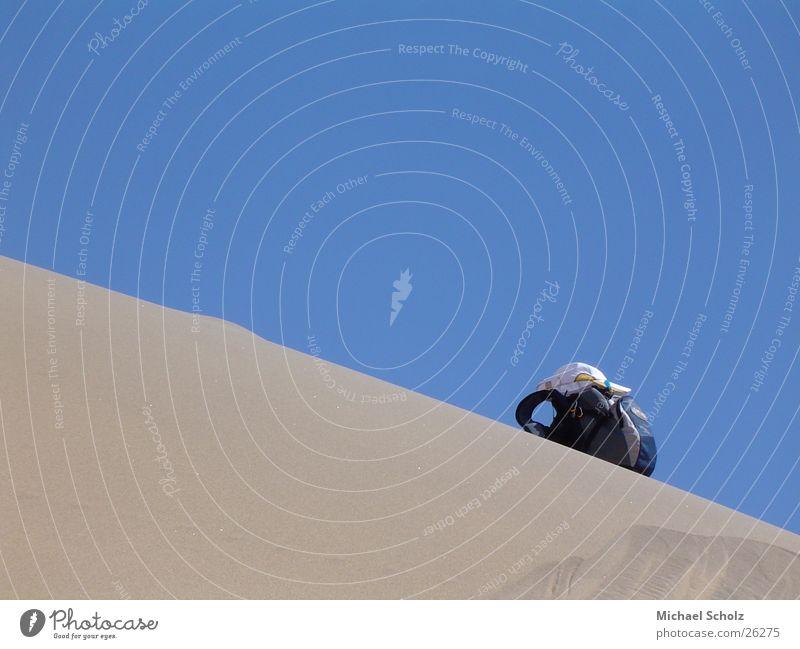 Lost in the desert Rucksack Einsamkeit verloren Wüste Sand blau Stranddüne verirrt