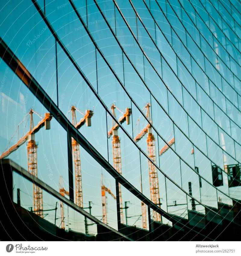 Spiegelkabinett Baustelle Bankgebäude Gebäude Architektur Fassade blau ästhetisch Perspektive Surrealismus Wandel & Veränderung Kran Neubau Glasfassade Farbfoto