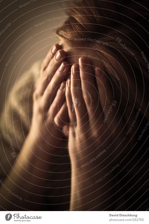 In mir gefangen... feminin Junge Frau Jugendliche Erwachsene Kopf Haare & Frisuren Arme Hand Finger 1 Mensch 18-30 Jahre Gefühle Mitgefühl Traurigkeit Sorge