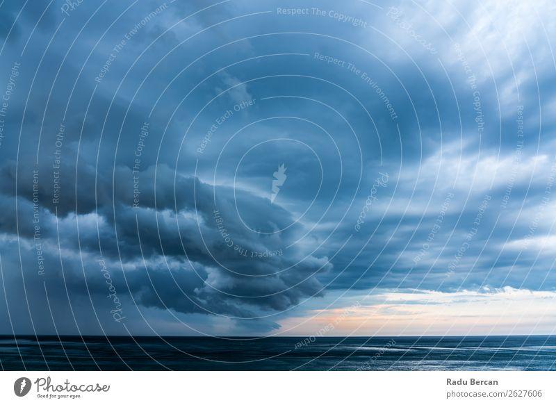 Sturmwolken versammeln sich über dem Ozean Sommer Strand Meer Wellen Umwelt Natur Landschaft Wasser Himmel Wolken Gewitterwolken Wetter schlechtes Wetter