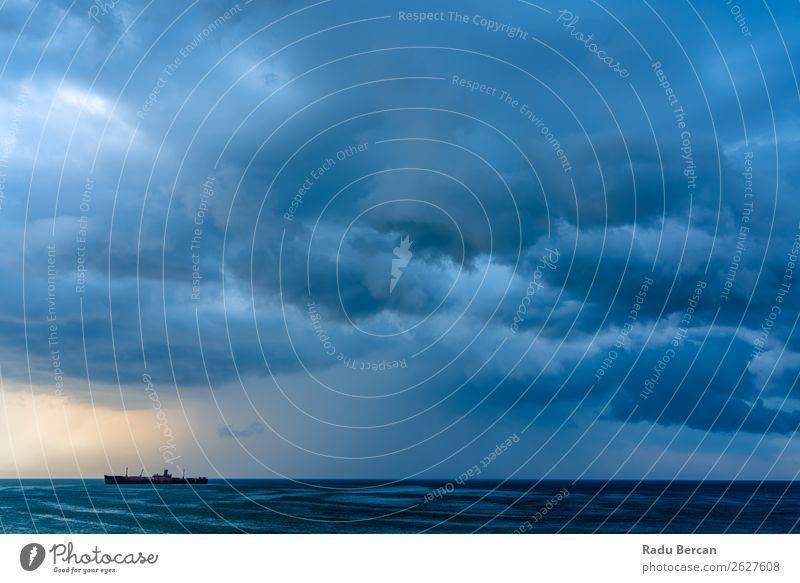 Sturmwolken versammeln sich über dem Schiffswrack Ozean Wasserfahrzeug Schiffbruch Unwetter Meer Himmel Strand Küste Natur Gefäße nautisch winken Wolken