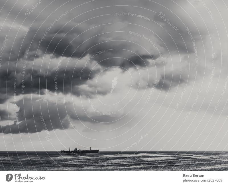 Sturmwolken versammeln sich über dem Schiffswrack Ozean Ferien & Urlaub & Reisen Abenteuer Ferne Kreuzfahrt Expedition Sommer Strand Meer Wellen Umwelt Natur
