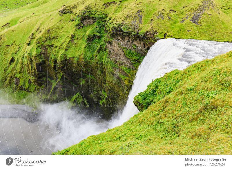Der berühmte Skogafoss Wasserfall im Süden Islands Lifestyle Ferien & Urlaub & Reisen Tourismus Sommer Berge u. Gebirge Mensch Mann Erwachsene Umwelt Natur