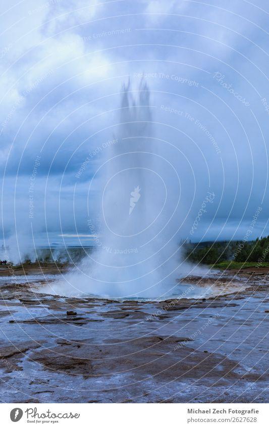 Geysir-Strokkur-Ausbruch im Geysirgebiet Island Natur heiß natürlich gold Energie Wasser Anziehungskraft Dampf Tourist Verdunstung Frühling Spray Druck Eruption