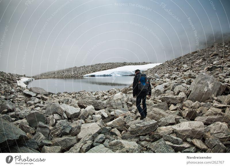 Urelemente erleben... Abenteuer Freiheit Berge u. Gebirge wandern Mensch Mann Erwachsene 1 Landschaft Klima schlechtes Wetter Nebel Felsen See Wege & Pfade wild