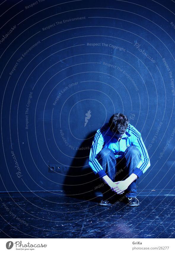 zusammengekauert Mensch Jugendliche blau Einsamkeit schwarz Junger Mann 18-30 Jahre Erwachsene dunkel kalt Wand Traurigkeit Gefühle Angst maskulin Trauer
