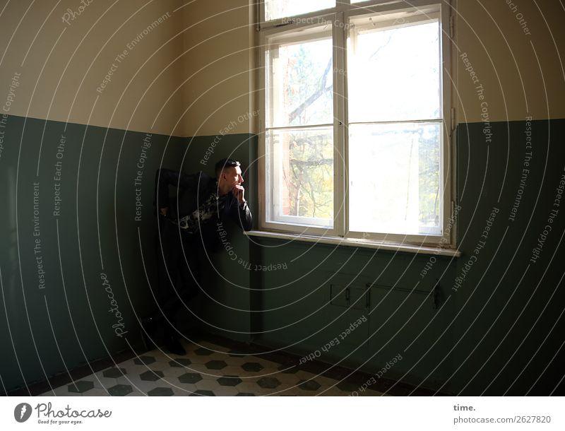 anderes Fenster andere Gedanken Raum maskulin Mann Erwachsene 1 Mensch Ruine Architektur lost places Mauer Wand Anzug brünett kurzhaarig beobachten Denken