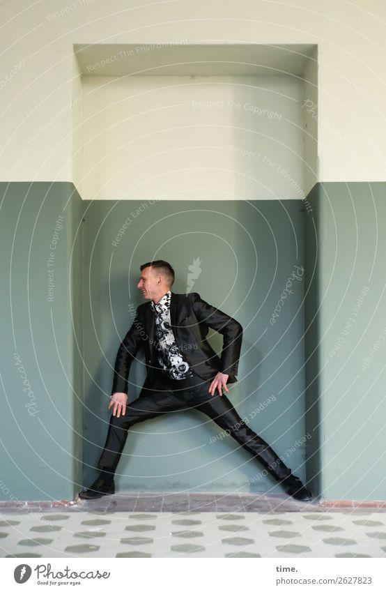 Nischenmodell maskulin Mann Erwachsene 1 Mensch Künstler Theaterschauspiel Ruine Architektur lost places Mauer Wand Flur Fliesen u. Kacheln Sehenswürdigkeit