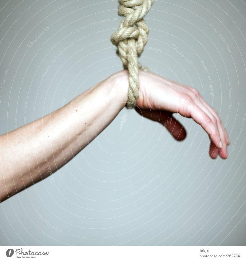 Resignation Bindungsangst Mensch Hand Leben Gefühle warten Arme Seil Macht Pause fest Müdigkeit hängen Verzweiflung gefangen Schwäche stagnierend
