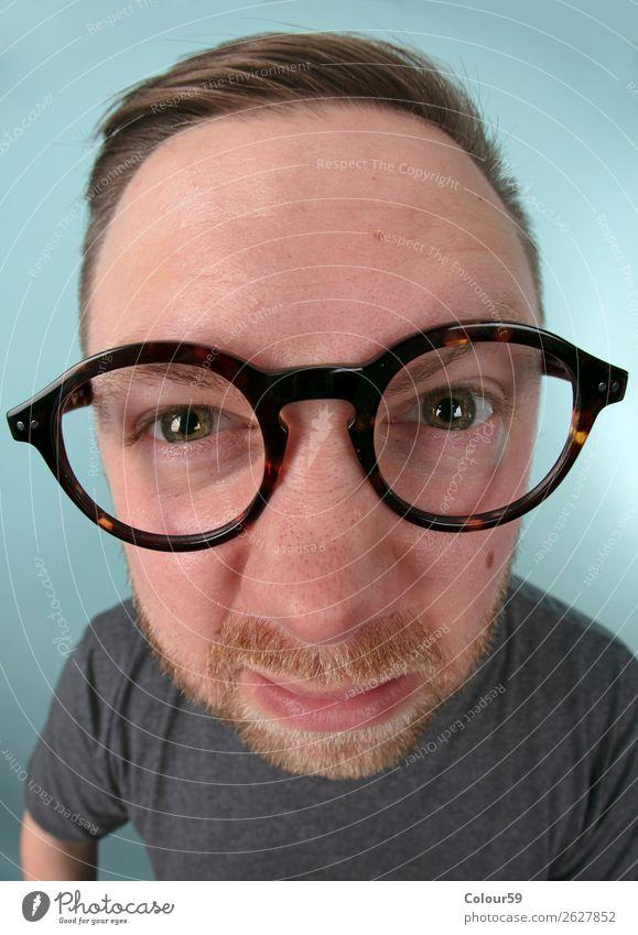 Mann mit Brille Mensch 1 lustig nah verrückt Freude portrait nerd Comic Dummkopf weitwinkel grimasse augen vollbart verzerrt Farbfoto Nahaufnahme