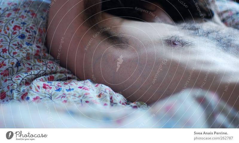 traum.prinz. maskulin Junger Mann Jugendliche Körper Haut Brust 1 Mensch 18-30 Jahre Erwachsene brünett langhaarig Locken Bettdecke Blumenmuster liegen schlafen