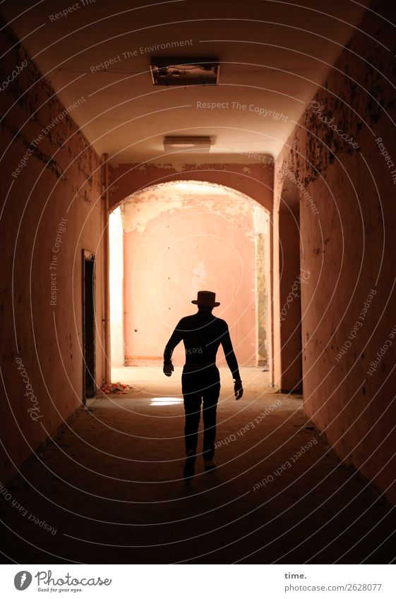 Lost Place Walking Flur maskulin Mann Erwachsene 1 Mensch Ruine Architektur lost places Mauer Wand Tür Hut gehen dunkel historisch muskulös Stadt selbstbewußt