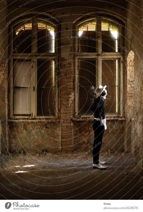 soon acting yet preparing (I) Mensch Mann dunkel Erwachsene Wand Mauer außergewöhnlich Raum maskulin Schuhe stehen Kreativität warten Vergänglichkeit Idee