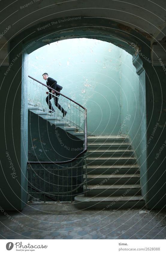 Stufen der Erkenntnis (IV) maskulin Mann Erwachsene 1 Mensch Ruine lost places Mauer Wand Treppe Treppenhaus Treppengeländer Anzug brünett kurzhaarig laufen