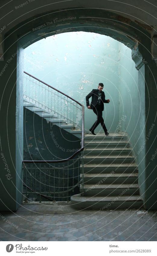 Stufen der Erkenntnis (V) maskulin Mann Erwachsene 1 Mensch Ruine Mauer Wand Treppe Flur Treppenhaus Treppengeländer lost places Anzug brünett kurzhaarig