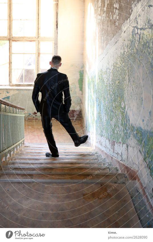 Treppenwitz maskulin Mann Erwachsene 1 Mensch Ruine Architektur Mauer Wand Fenster Treppengeländer lost places Anzug brünett kurzhaarig Erholung gehen