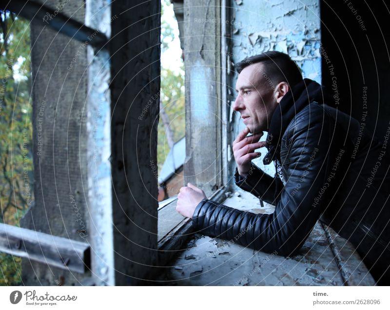 Stefan maskulin Mann Erwachsene 1 Mensch Ruine Mauer Wand Fenster lost places Jacke brünett kurzhaarig beobachten Denken Blick warten dunkel historisch kalt