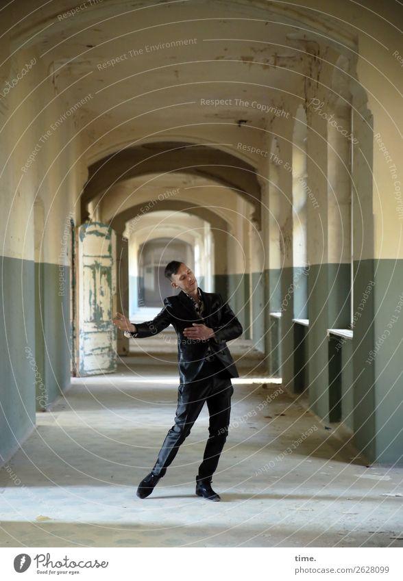 Traumtanz maskulin Mann Erwachsene 1 Mensch Ruine lost places Mauer Wand Fenster Tür Flur Anzug brünett kurzhaarig Bewegung Erholung genießen Tanzen träumen
