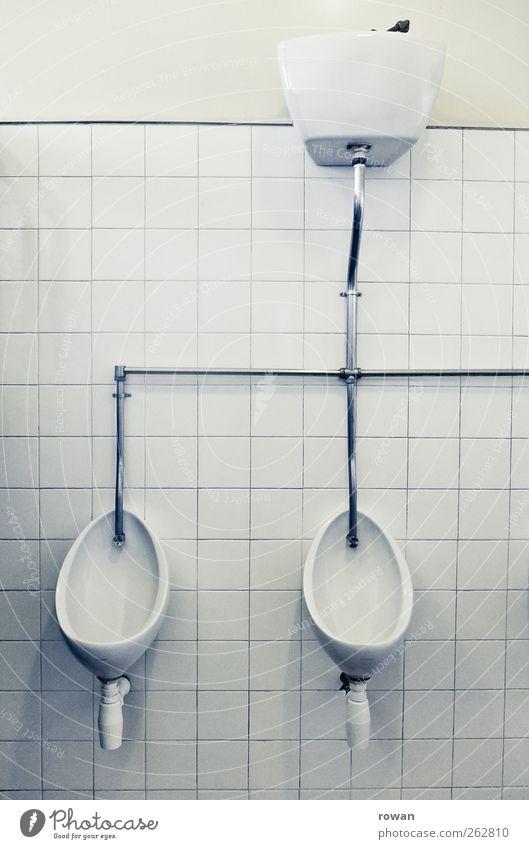 0 0 alt weiß Wand Mauer Innenarchitektur retro Sauberkeit Bad Fliesen u. Kacheln Toilette Röhren Eisenrohr Pissoir Öffentliche Toilette