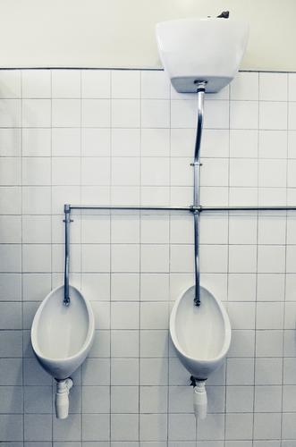 0 0 Innenarchitektur Bad Mauer Wand alt retro Fliesen u. Kacheln Toilette Pissoir Röhren Sauberkeit Eisenrohr weiß Öffentliche Toilette Farbfoto Innenaufnahme