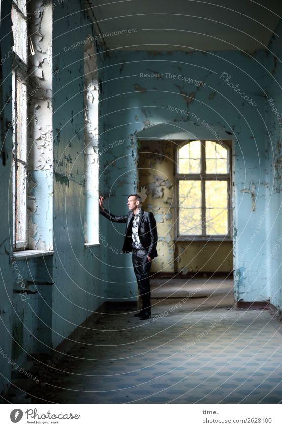 anderes Fenster andere Gedanken Flur maskulin Mann Erwachsene 1 Mensch Traumhaus Ruine lost places Mauer Wand Hemd Anzug brünett kurzhaarig beobachten berühren