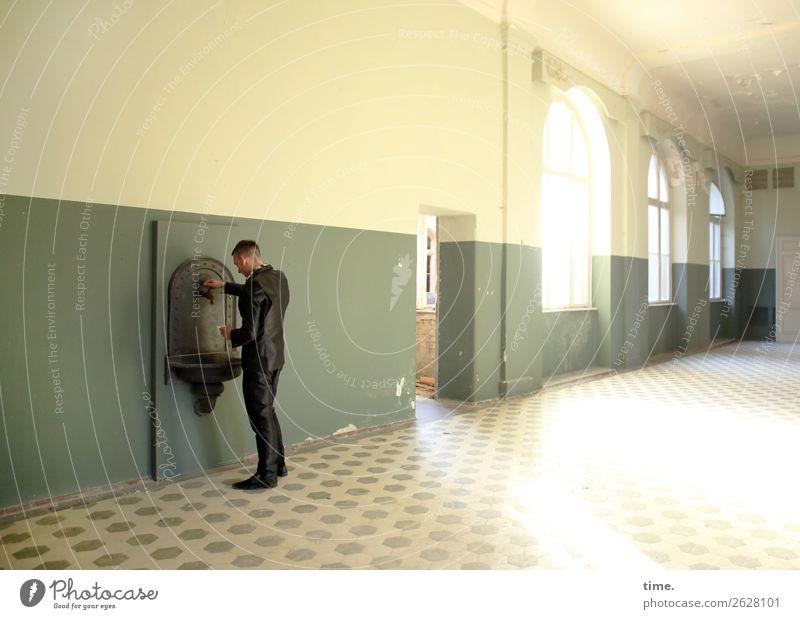 Trial and Error Mensch Mann Stadt Architektur Erwachsene Wand Mauer maskulin ästhetisch stehen authentisch kaputt beobachten historisch Neugier Sehenswürdigkeit