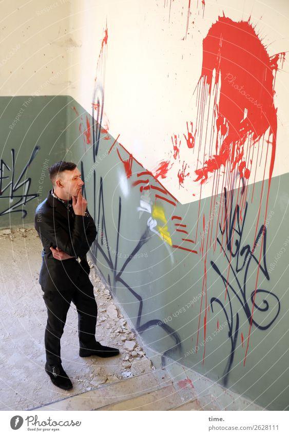 Vernissage maskulin Mann Erwachsene 1 Mensch Ruine Mauer Wand Treppe Treppenhaus lost places Anzug brünett kurzhaarig Farbe Stein Graffiti beobachten Denken