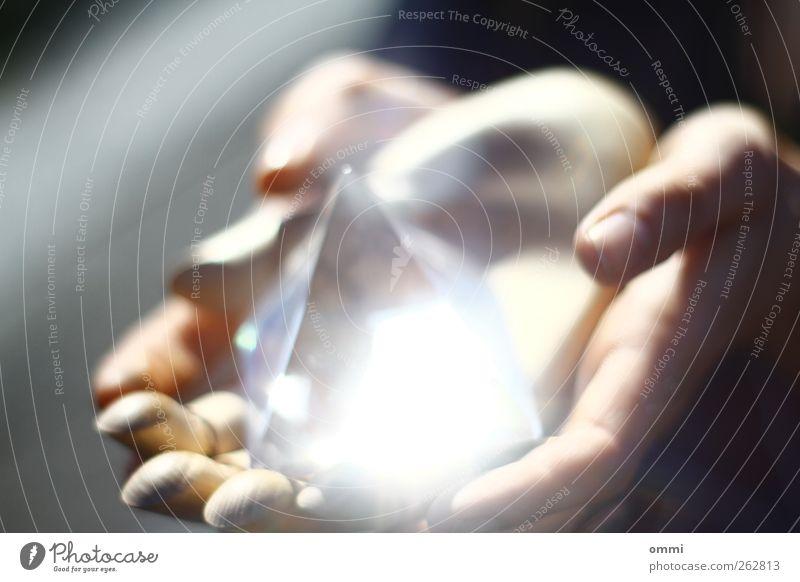Die Zukunft in Händen III Jugendliche Hand feminin Holz hell Glas glänzend Finger ästhetisch leuchten Junge Frau berühren nah zeigen Prisma Esoterik