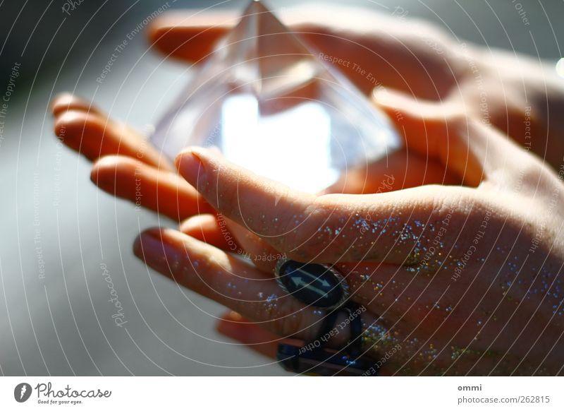 Die Zukunft in Händen I Jugendliche Hand feminin hell Glas glänzend Finger ästhetisch leuchten Junge Frau berühren nah Ring Prisma Esoterik Wahrsagerei