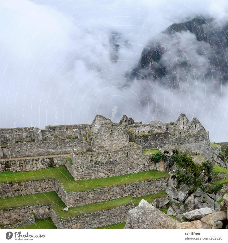 Reihenhaus, renovierungsbedürftig Natur alt grün Baum Wolken Umwelt Landschaft Berge u. Gebirge Mauer Gebäude Nebel Klima Reisefotografie Bauwerk historisch