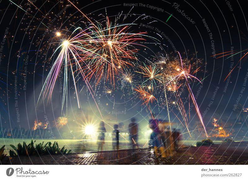 Bewegte Kinder schön Menschengruppe leuchten beobachten Kindergruppe Veranstaltung Feuerwerk gigantisch Nachtleben Nachtaufnahme Ereignisse