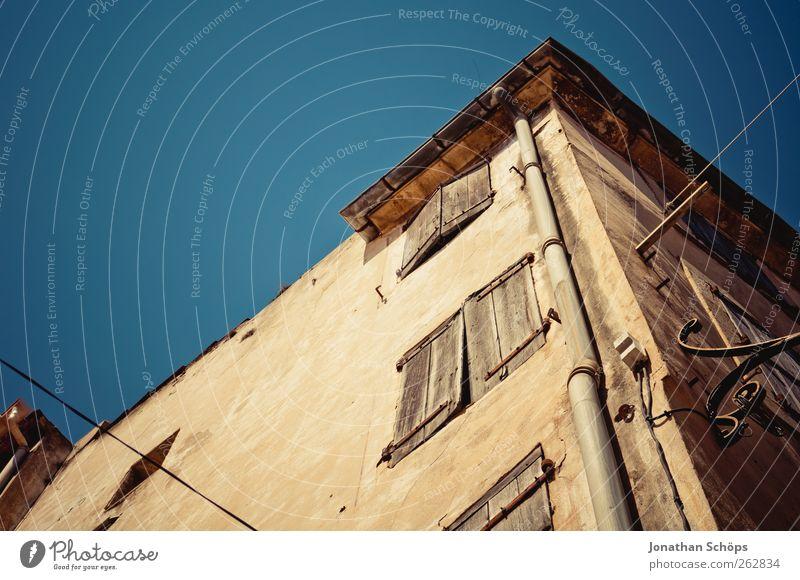 Narbonne III alt blau Stadt Sommer Haus ruhig Architektur Gebäude braun Fassade Ecke Reisefotografie Pause einfach Bauwerk Frankreich