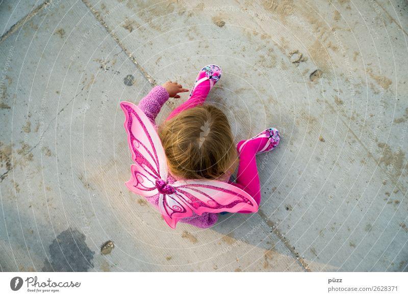 Schmetterling Kind Mensch Sommer Einsamkeit Mädchen Straße Traurigkeit feminin Spielen grau rosa Kindheit sitzen Flügel Beton Kindheitserinnerung