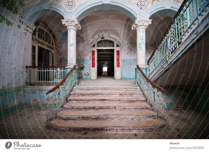 Tritt ein in die Vergangenheit! Haus Traumhaus Palast Burg oder Schloss Ruine Bauwerk Gebäude Architektur Sanatorium Mauer Wand Treppe Säule Treppenhaus