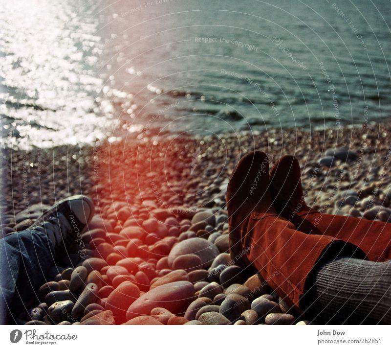Itchy Feet Mensch Meer Ferne Liebe Erholung Küste Beine Paar Fuß Zusammensein Schuhe Romantik Schönes Wetter Sehnsucht Trennung Stiefel