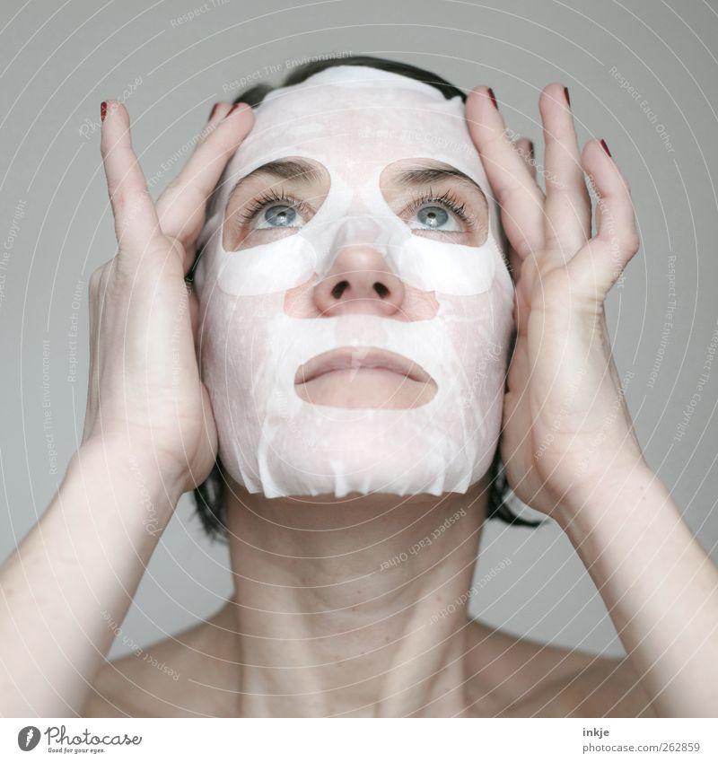 Wenn der Lack ab ist, trägt Frau Maske! Frau Hand schön Gesicht Erwachsene Erholung feminin Gefühle hell Haut Reinigen Sauberkeit Wellness rein Kosmetik genießen