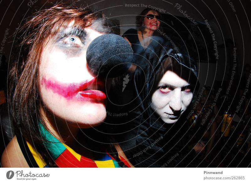 Mensch weiß rot schwarz Gesicht Liebe Tod dunkel Party träumen Feste & Feiern warten Haut Nase verrückt trist