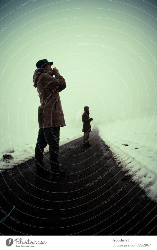 winter Mensch Mann Ferien & Urlaub & Reisen Winter ruhig Erwachsene Ferne Straße dunkel kalt Schnee Wege & Pfade Freundschaft Eis Nebel wandern
