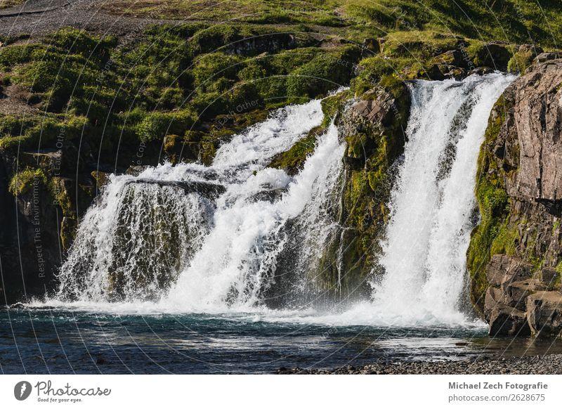 Schöner Wasserfall in Island an einem sonnigen Tag schön Ferien & Urlaub & Reisen Sommer Berge u. Gebirge Natur Landschaft Himmel Wolken Gras Felsen Fluss Platz