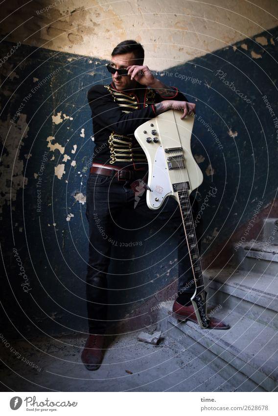 GuitarMan Mensch Mann dunkel Erwachsene Innenarchitektur Wand Mauer außergewöhnlich Treppe maskulin Musik stehen beobachten Neugier festhalten Hose