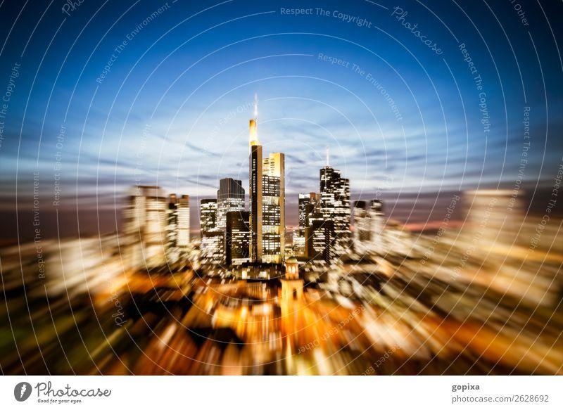 Skyline von Frankfurt am Main mit Zoom Effekt Büro Wirtschaft Kapitalwirtschaft Business Stadt Stadtzentrum Hochhaus Gebäude Architektur Geschwindigkeit