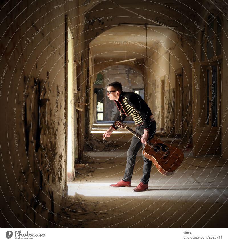 GuitarMan Mensch Mann dunkel Architektur Erwachsene außergewöhnlich maskulin Musik stehen kaputt beobachten Neugier festhalten Hose Überraschung Konzentration