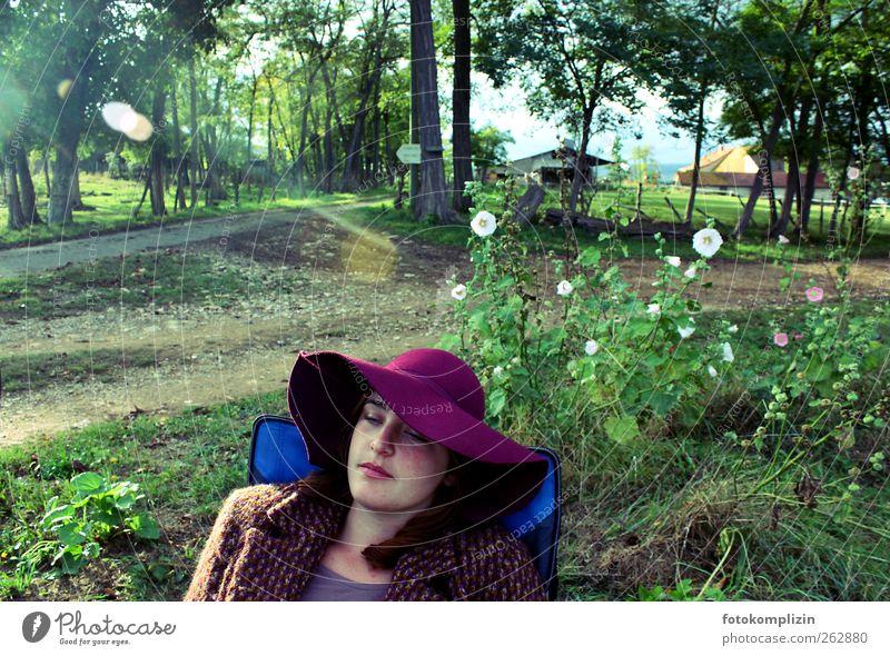 Landlebentraum Natur Einsamkeit ruhig Erholung träumen Stimmung Zufriedenheit warten Pause Junge Frau Idylle violett Hut Bauernhof Gelassenheit Lebensfreude