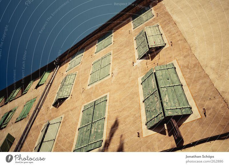 Narbonne IV Südfrankreich Frankreich Stadt Altstadt Menschenleer Haus Bauwerk Gebäude Architektur Fassade blau braun grün aufwärts Wolkenloser Himmel Fenster