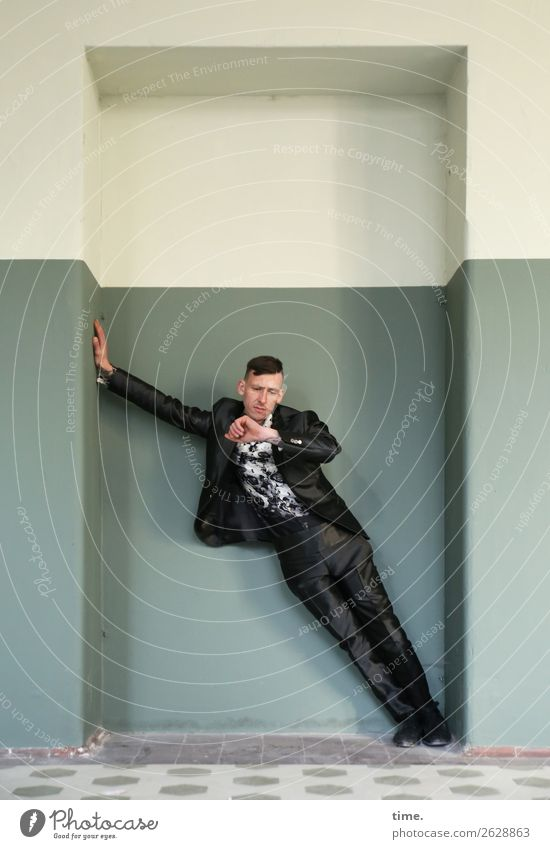 Uhrenvergleich Flur Eingang Fitness Sport-Training maskulin Mann Erwachsene 1 Mensch Künstler Theaterschauspiel lost places Mauer Wand Hemd Anzug Armbanduhr