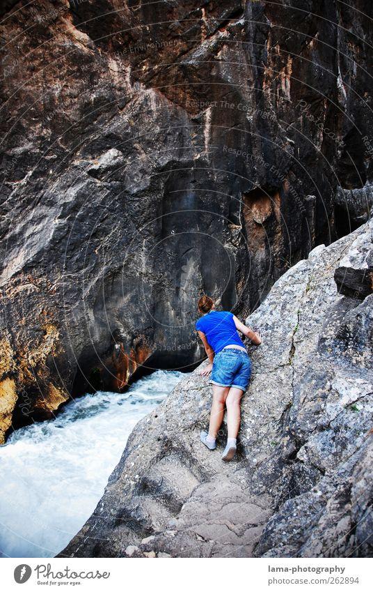 La curiosa [XXVIII] Mensch Natur Jugendliche Berge u. Gebirge grau Felsen Abenteuer gefährlich bedrohlich Urelemente Junge Frau beobachten Fluss Neugier